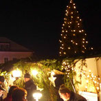Weihnachtsstimmung mit Lichterbaum und Weinachtsständen