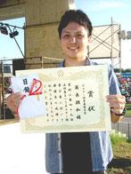 ポスター図案公募採用者の翁長朝和さん=3日午後、真栄里公園
