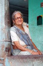 Portrait d'une vielle femme souriant