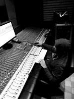 Foto de Mario Engelter en el Studio K61 de Berlin llevando a cabo el proceso de masterizacion del álbum Fusión Lenta de Red Booster