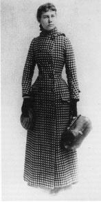 """Modeler l'espace: Nellie Bly habillée pour le """"tour du monde"""" en 1889, avec une seule robe et une petite valise"""