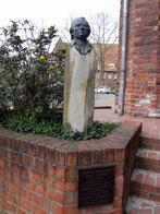 Denkmal vor der Ratsbücherei