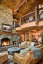 Interieur cosy d'une maison en bois et pierre. Feu de cheminée chaleureux.