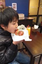 2個目を食べる小学生
