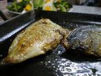 アツアツごちそう鉄板で焼くアジのバジルソース焼き