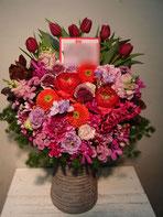 スタンド花・ロビー花。ホテルニューオータニにお届け可能。ロックバンドの公演御祝に。