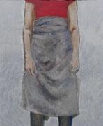 tablier gris, bras  le long du corps, t-shirt rouge, pantalon sombre. ni tête ni pieds.