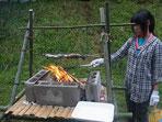 ガールスカウト釣った魚を焼く