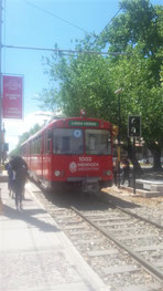 Un tramway de couleur rouge sur les rails, Mendoza, Argentine