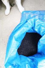 浄化作用のあるこの炭を田んぼに漉き込んでいます
