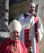 Les sourires (MAGNIFIQUES) de Mgr Dognin et de P. Daniel font échos à ceux de l'assemblée.