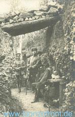 Major Freiherr von Rössing, Stabsoffizier der MW b. A.O.K. 14, sitzend im Schützengraben a.d. Westfront