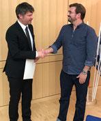 Der erste Bürgermeister Thomas Glashauser gratuliert dem neuen Gemeinderatsmitglied Christian Böltl