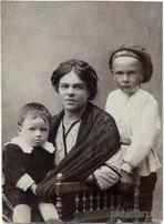 Е.Д. Ракова, жена Льва Теслера с племянником Сашей и сыном Лёвой (справа).