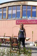 Meica Gausch vor ihrer Klosterschänke