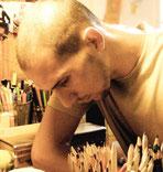 L'artiste Nac et ses crayons de La Rafistolerie via le site de Cloé Perrotin