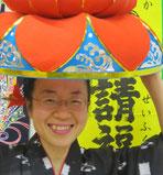 大好きな沖縄の紅型衣装を着たさくらcafe店長の新野和枝