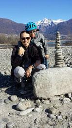 Vater und Sohn am Maggia-Delta bei Ascona mit Stein-Turm