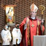 Weihbischof Ludger Schepers firmt im August 2020 in der Pfarrei St. Peter und Paul, Foto: Hahn