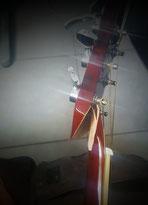 guitare avec tête cassée