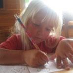 Uljana übt fleißig das Schreiben