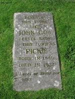 """Aber auch Gräber wie dieses Exemplar findet Ihr in Elgin: """"John Gow, better known in his town as """"Pickie""""..."""