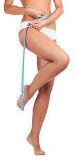 Frau weißer Slip glatte Beine Maßband