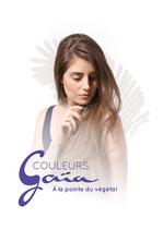 Chignon de mariée sur cheveux long bouclés avec tresse.