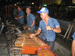 バンドの中で演奏されるアンクルン(ジョグジャカルタ(ジャワ島中部)のストリートにて)
