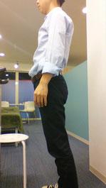 姿勢が悪い頸椎ヘルニアの男性