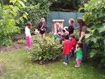 Die Kinder der Werk AG an der Grundschule Dornheim mit einem der selbstgebauten Insektenhotels für den Garten, finanziert durch den NABU Groß-Gerau / Berkach