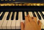 ピアノを弾く大人の手
