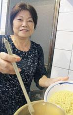 夏川りみさんの母、新盛和枝さん=14日午後、石垣市真栄里のそばどころ「ニライカナイ」