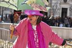 Susanne Christine Drdla mit Clownsnase, pinkem Cowboyhut und Regenschirm in pinker Lederjacke, lachend