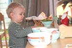 Brotzeit am Vormittag und Nachmittag mit kleinen Obst- und Gemüsetellern und Brot wird gemeinsam am Tisch gegessen.