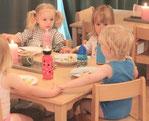 Mittagessen gemeinsam am Tisch, gekocht in eigener Küche von eigenem Koch
