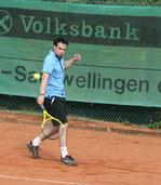 Sascha Junker vom TC Rot-Weiss Dillingen scheint fit für die anstehende Sommermedenrunde zu sein wie man beim Warm-up schon sehen konnte.