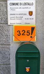 Cartella con le 325 firme pronta per essere infilata nella buca delle lettere del Comune