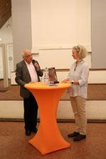 Michael Brockerhoff von der Bürgerstiftung Gerricus dankt Petra Dierkes am Ende des Abends für die hilfreichen Impulse. (Alle Fotos: Angelika Fröhling)