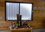 写真は、木造りの新しい事務所の入り口です。川越酒造の全商品が置かれています。3銘柄のみです。