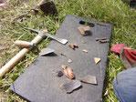 Sondage archéologique au château d'Eaucourt sur Somme, Picardie. Premier jour, du mobilier archéologique (fragment de céramique), clous