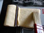 Mettere una stricia di pasta (tagliata dai bordi) e inumidire il bordo con un po d'acqua