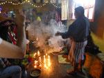 Der Cofrade eröffnet die Zeremonie mit viel Rauch