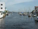 Kreuzfahrtschiffe müsssen weit draußen ankern. Die Gäste werden mit Schnellbooten nach Belize City  gekarrt.