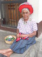 Marktfrau verkauft Schlüsselanhänger - ganz entspannt