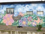 Blumen - aber an die Häuser gemalt, nicht im Garten