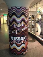 柱に貼られたLINDEXの秋色広告