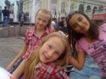 Купаемся в фонтанах. Александровский сад. Май 2012 года. Таня и Таня.