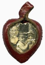 Im Rigaer Ghetto gefertigtes Medaillon mit Fotos der drei Kinder