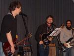 Leadgitarren und Bass machen den Mannen Spass
